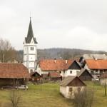 V dolini tihi je vasica Ratje
